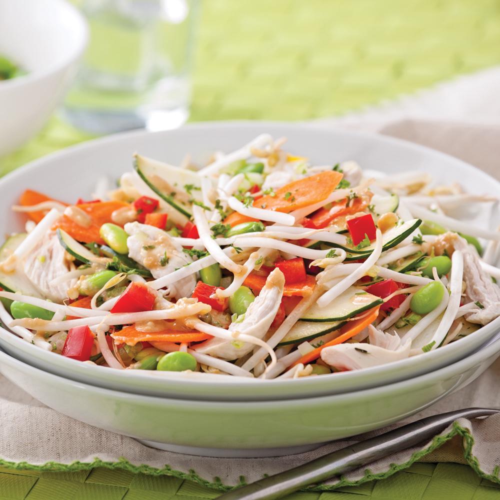 Préparer une salade à partir de légumes fraîchement cueillis de son potager